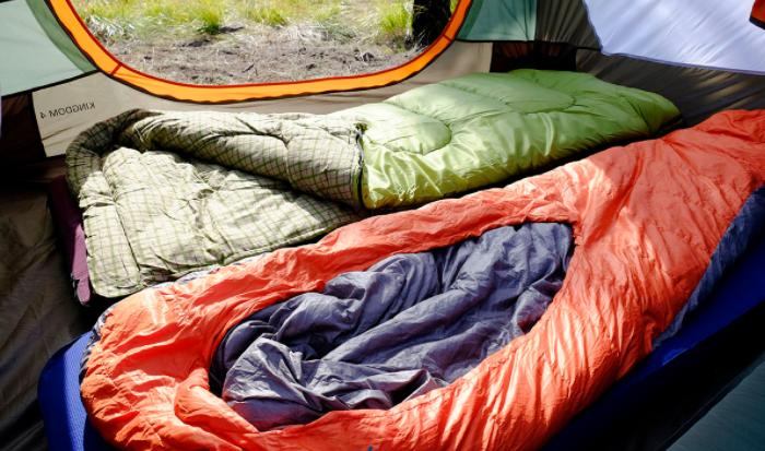 use sleeping bag to spend camping night